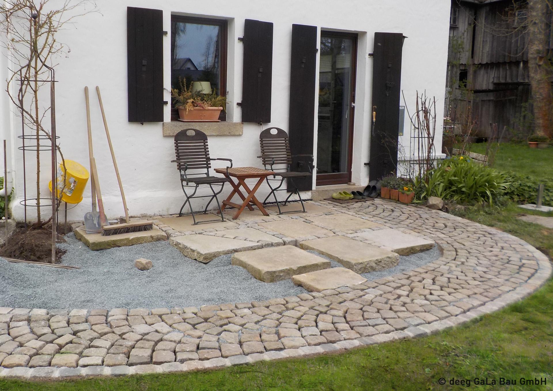 deeg Terrasse mit Pflaster und Natursteinplatten